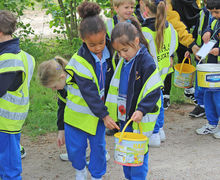 Collecting nature item Yr 1 Trip to Hyde Hall