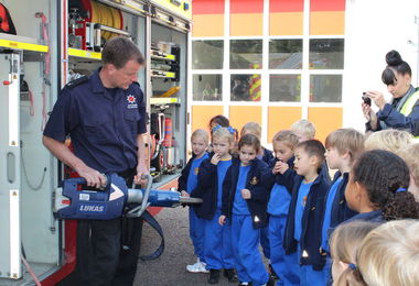 Fireman demo to Year 1 pupils at firestation visit