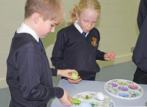 Pupils in Upper Shell sampling food at jewish workshop