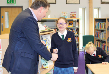 John presents badge to Form 2 pupil